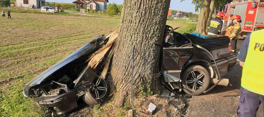 BMW bokiem uderzyło w przydrożne drzewo niedaleko Niebrzydowa