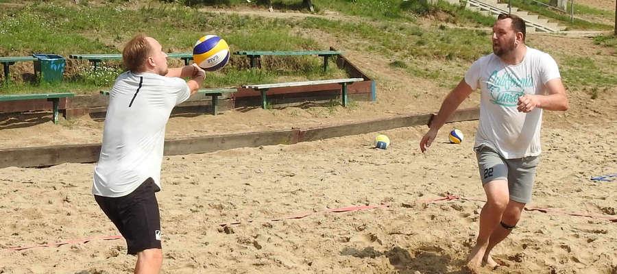Panowie w wieku 35+ zagrają w sobotę w siatkówkę plażową na plaży miejskiej