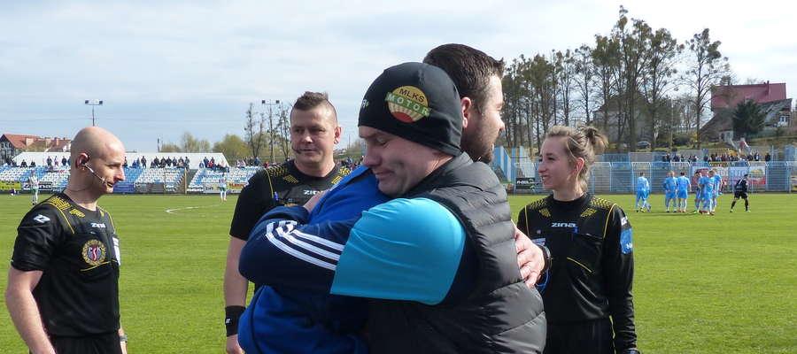 Trenerzy Krzysztof Malinowski (Motor Lubawa, na pierwszym planie) i Wojciech Figurski (Jeziorak, na dalszym planie) znowu będą mieli okazję do rywalizacji swoich drużyn. Tu akurat szkoleniowcy witają się przed meczem IV ligi rozegranym w rundzie wiosennej