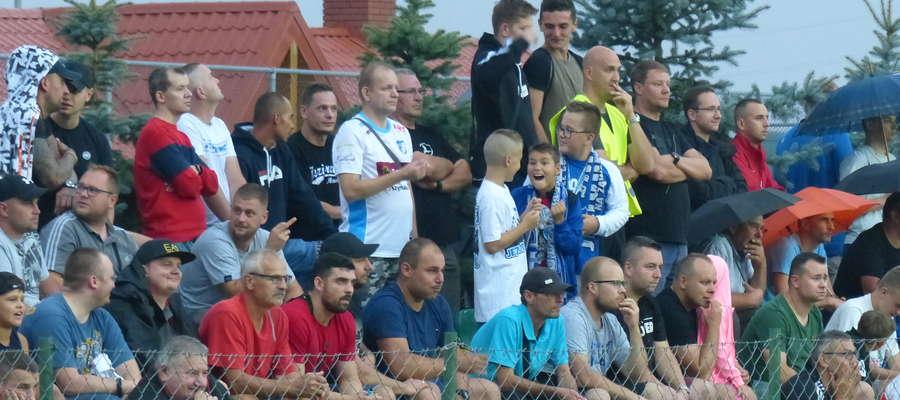 Trybuny stadionu w Wikielcu zapełniły się kibicami. Każdy fan futbolu z Iławy i okolic chciał zobaczyć ten pojedynek