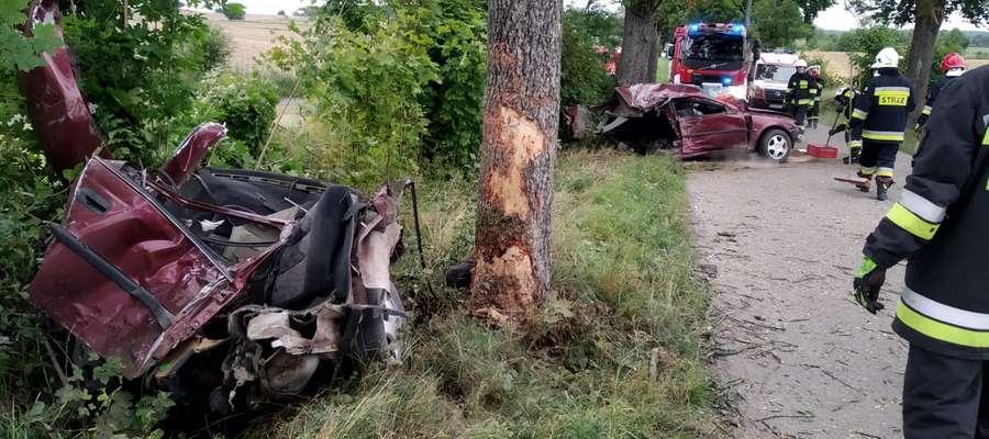 Impet uderzenia w drzewo był tak duży, że auto zostało rozerwane na pół