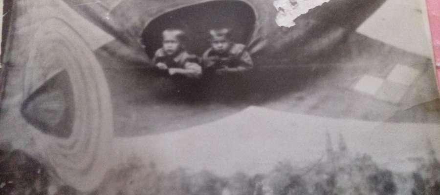 Moje zdjęcie z bratem Zbigniewem ( ja z lewej) na majówce koło wudeku, połowa lat 50-tych.