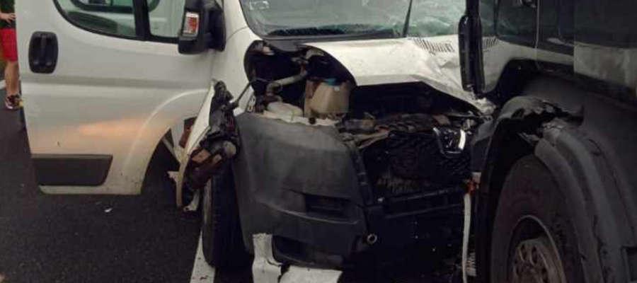 W Starych Jabłonkach bus zderzył się z ciężarówką