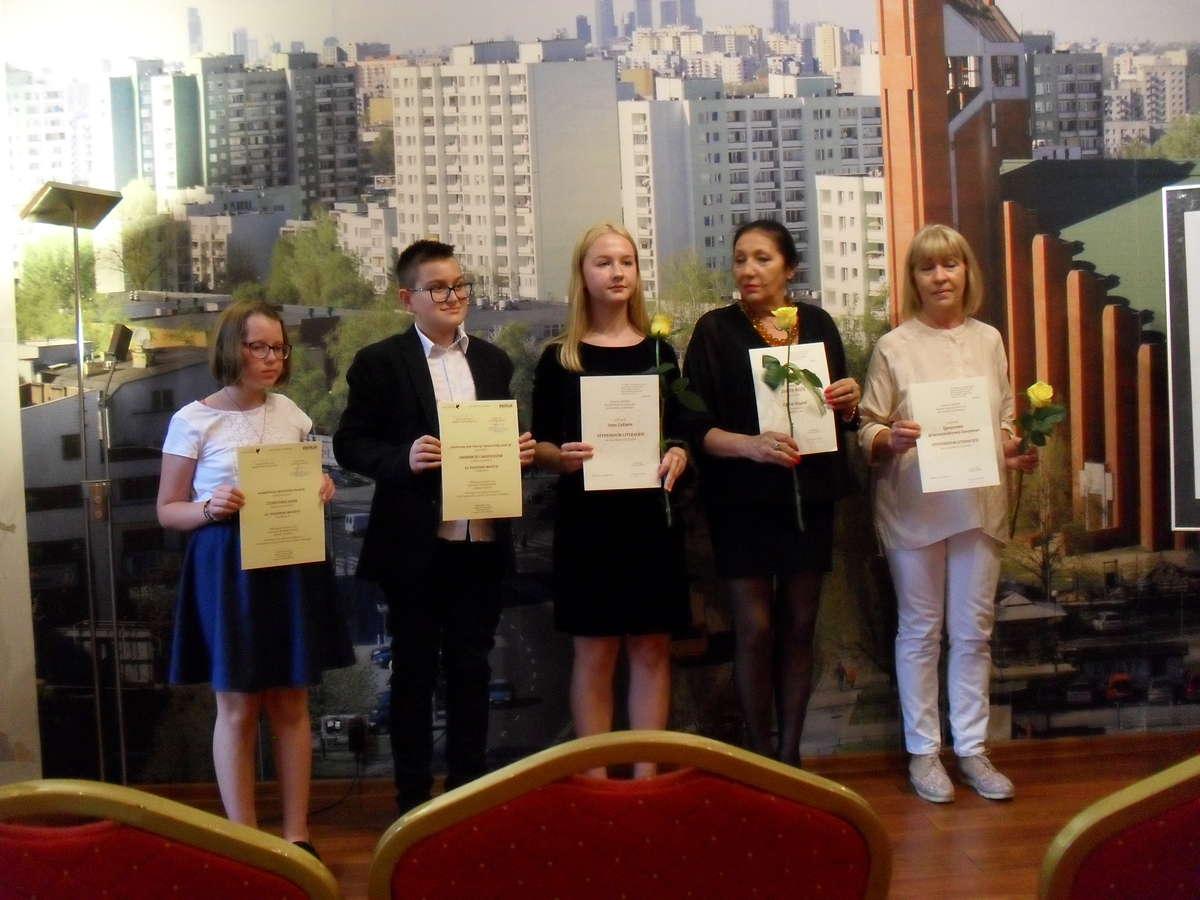 Ines prezentuje swoje wiersze w Warszawie
