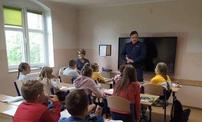Dzielnicowy spotkał się z uczniami w Krekolach