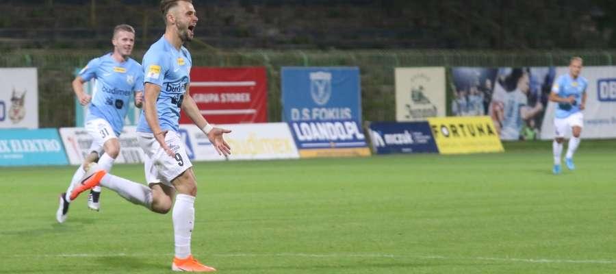 Szymon Sobczak cieszy się ze zdobycia gola w meczu ze Stalą Mielec