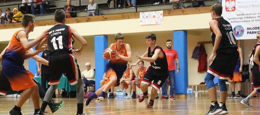 Młodzi koszykarze olsztyńskiej Trójeczki rozegrali zacięty mecz z rówieśnikami z Łomży
