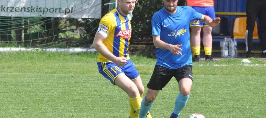 Paweł Baca (z lewej) zdobył bramkę dającą zwycięstwo