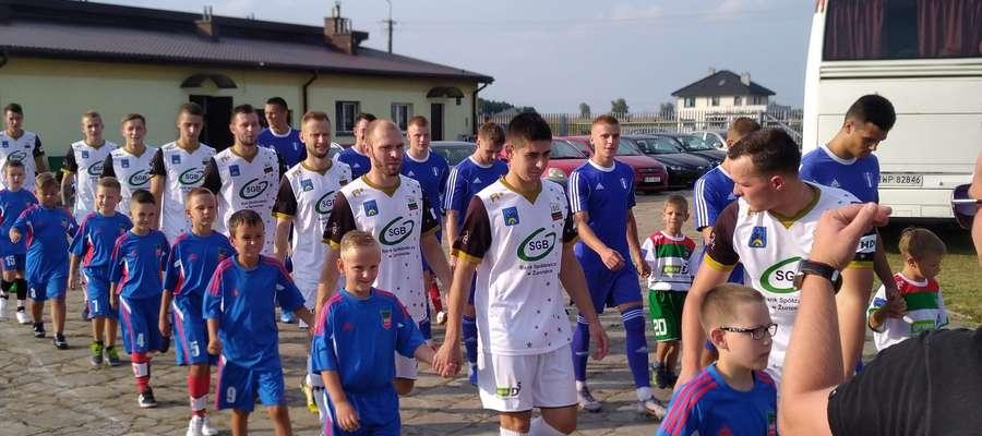 Wchodzącym na boisko zawodnikom dumnie towarzyszyli najmłodsi wychowankowie