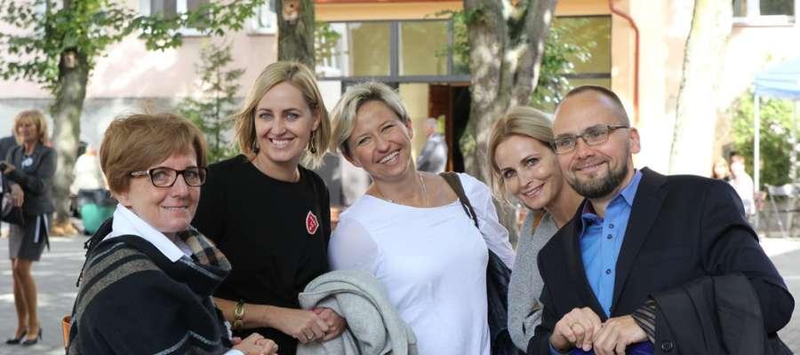 Na zdjęciu z zaprzyjaźnionymi uczniami podczas jednego z ostatnich zjazdów szkoły. Od lewej: profesor Jagoda Lewandowska oraz Iwona, Dagmara, Ala i Paweł