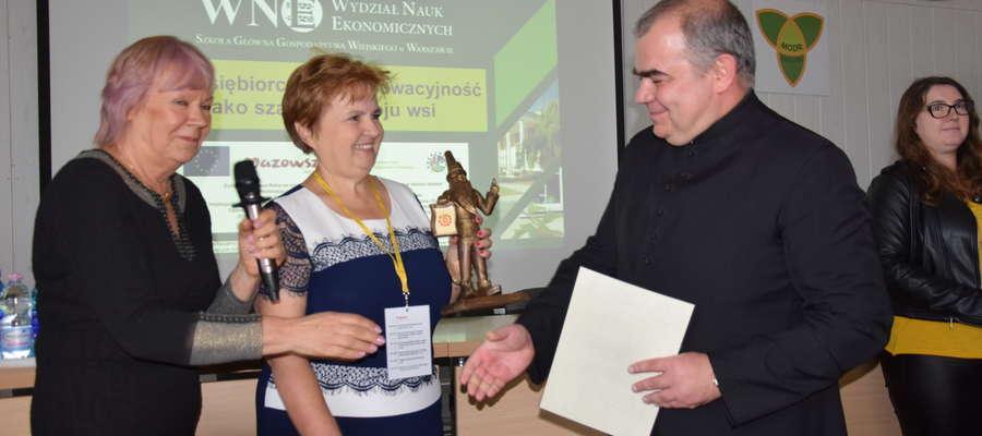 Ks. Grzegorz Ślesicki odbiera w Poświętnem certyfikat dla stroju zawkrzeńskiego