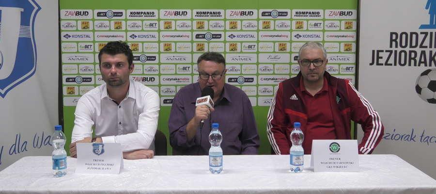 Na zdjęciu od lewej strony: Wojciech Figurski (trener Jezioraka), prowadzący konferencję Wiesław Raczkowski oraz Wojciech Tarnowski, trener GKS-u Wikielec