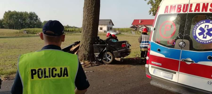 Rozbity samochód po uderzeniu w drzewo na trasie Morąg - Miłakowo