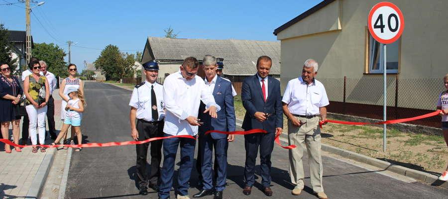 Otwarcie drogi zgromadziło przedstawicieli gminy i mieszkańców wsi