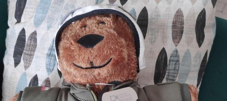 Biegacze Gorszego Sortu chcą pomóc Danucie Wacławskiej i wystawiają na internetową licytację maskotkę - Jest to pluszowy niedźwiedź Boguś. Maskotka z certyfikatem i podpisami pilotów uczestniczących w pikniku lotniczym w 2018 roku. Cena wywoławcza 200 zł