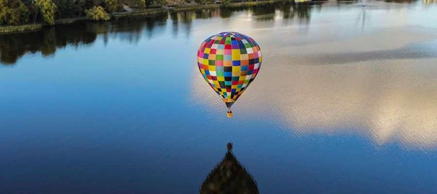 Jeden z balonów podczas parady, a w tle panorama Iławy