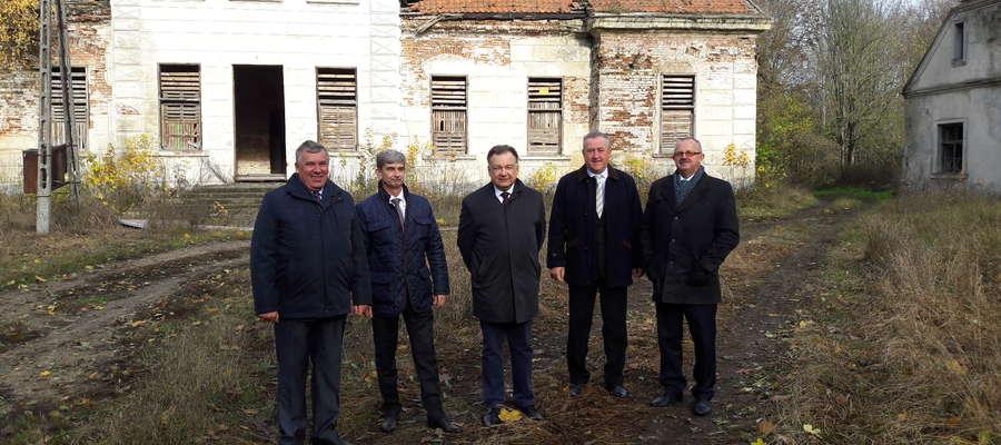 Fotografia z 2016 roku, podczas wizyty marszałka Adama Struzika w ruinach pałacu.