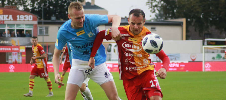 O piłkę walczy Wiktor Biedrzycki (z lewej)