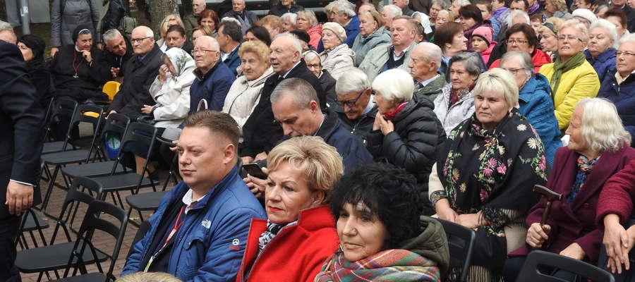 Delegacja nowomiejska podczas oficjalnej uroczystości dożynkowej w Parku Miejskim