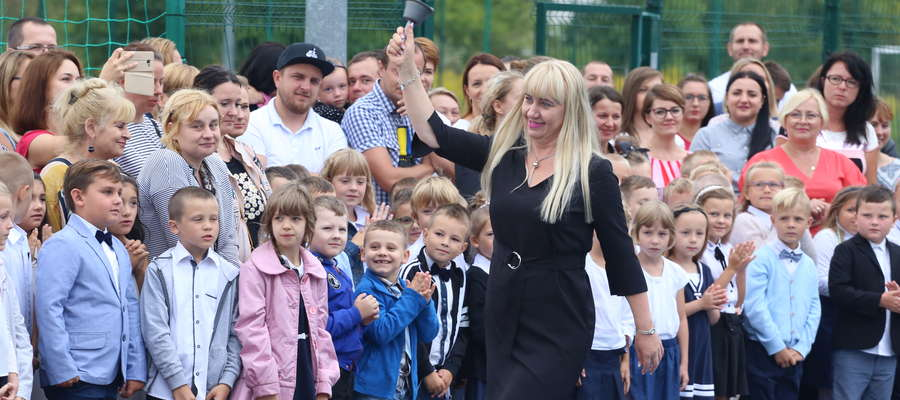 Dyrektor SP3 symbolicznym dzwonkiem otworzyła nowy rok szkolny