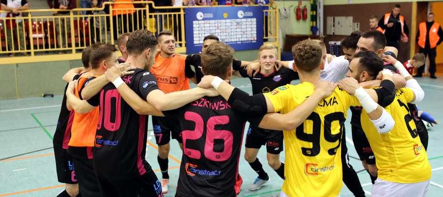 Radość piłkarzy Constractu Lubawa po zwycięskim debiucie w Futsal Ekstraklasie. W tle widać grupkę lubawskich kibiców