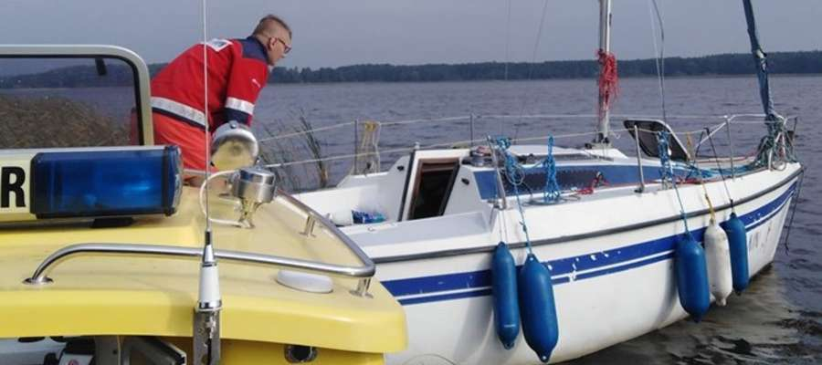 Ratownicy odnaleźli pustą łódź stojącą na kotwicy w zatoce Rudnia, wewnątrz trzcinowiska, nieopodal wyspy Czaplak