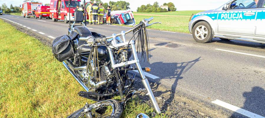 Motocyklista może mowić o dużym szczęściu, jego motocykl jechał wprost pod koła karetki