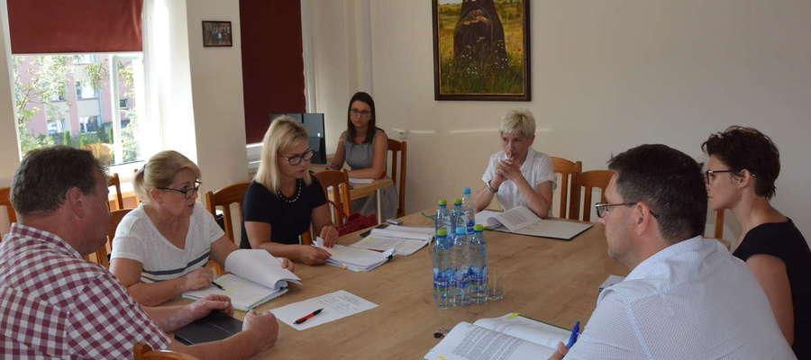 Posiedzenie Komisja Skarg i Wniosków RM w Olecku z udziałem kierownika MOPS w Olecku