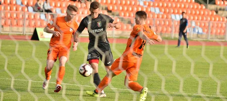 Mateusz Jambrzycki (w środku) wywalczył kolejny rzut karny w sezonie, który pozwolił Zniczowi odwrócić losy meczu z Ursusem