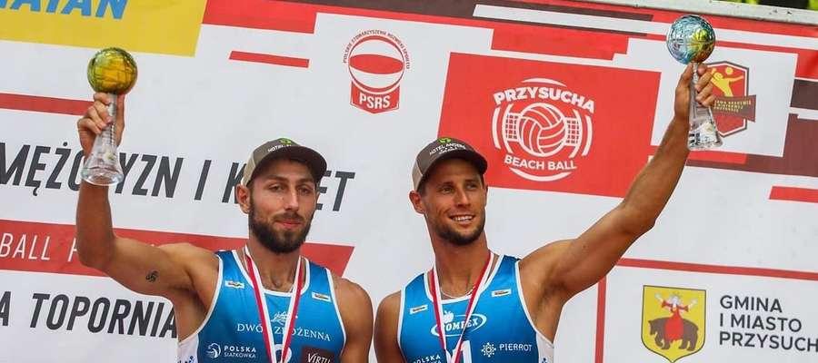 Marcin Ociepski (z lewej) i Michał Kądziioła brązowi medaliści mistrzostw Polski w siatkówce plażowej