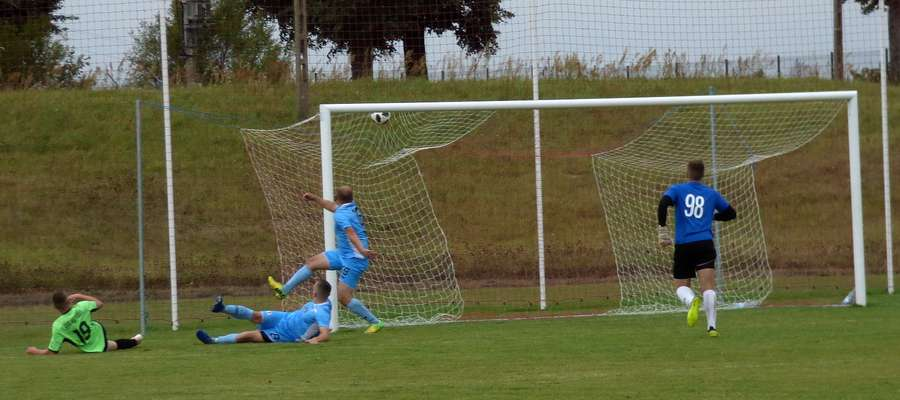 Szymon Kuczyński nr.19 strzałem w samo okienko zdobył trzeciego gola dla Gminy Kozłowo