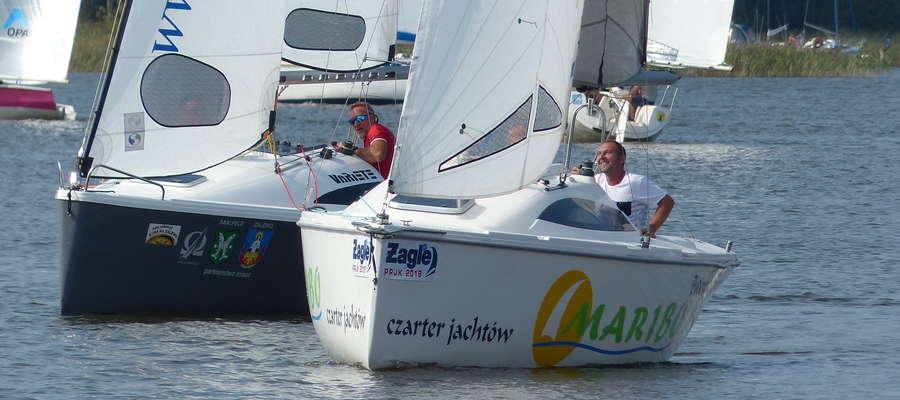 """Początek wyścigu na trasie Iława — Szałkowo. Tuż przy boi spotkały się dwie bardzo doświadczone załogi jachtów """"Zalewo"""" (wygrana w klasie T2) i """"Maribo"""" (3. miejsce w klasie T1)"""