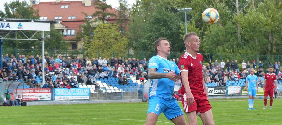 Zdjęcie z poprzedniej kolejki IV ligi. Dawid Kowalski (Jeziorak Iława) stara się odebrać piłkę Remigiuszowi Sobocińskiemu (GKS Wikielec)