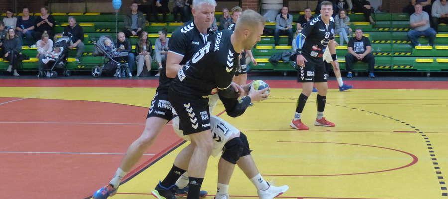 Grzegorz Baliński i Jakub Jarząb (obaj Jeziorak Iława) podczas akcji obronnej w meczu z Hagardem Strzałkowo