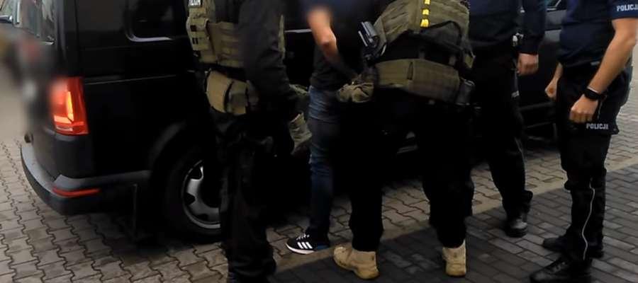 Kadr z zatrzymania podejrzanego o rozbój w Piszu