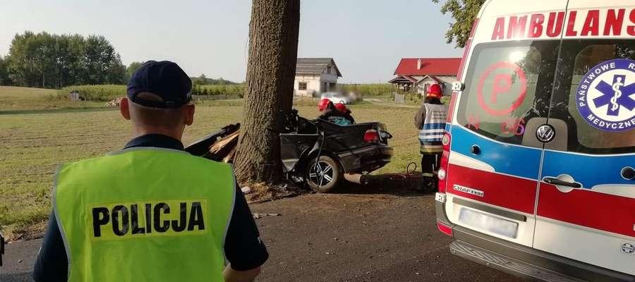 Kiedy służby pracowały na miejscu tragedii, w samochód straży pożarnej uderzył kierowca volvo i próbowałuciec.