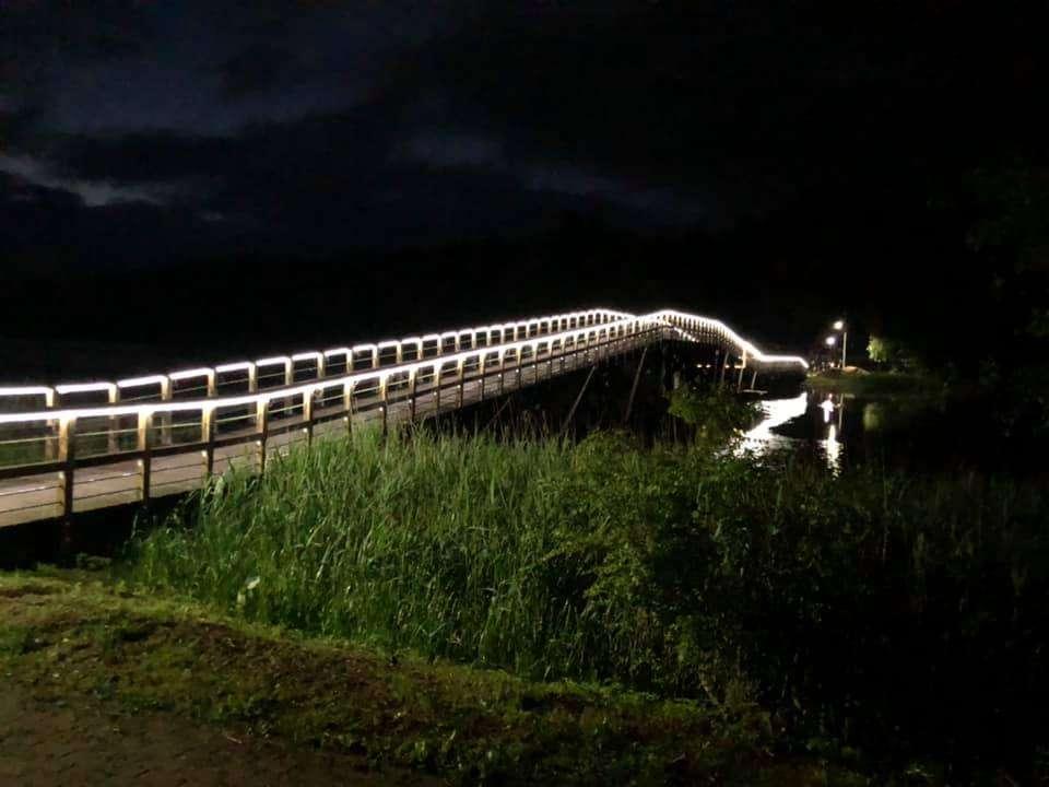 Most prowadzący na Wyspę Wydmińską jest oświetlony
