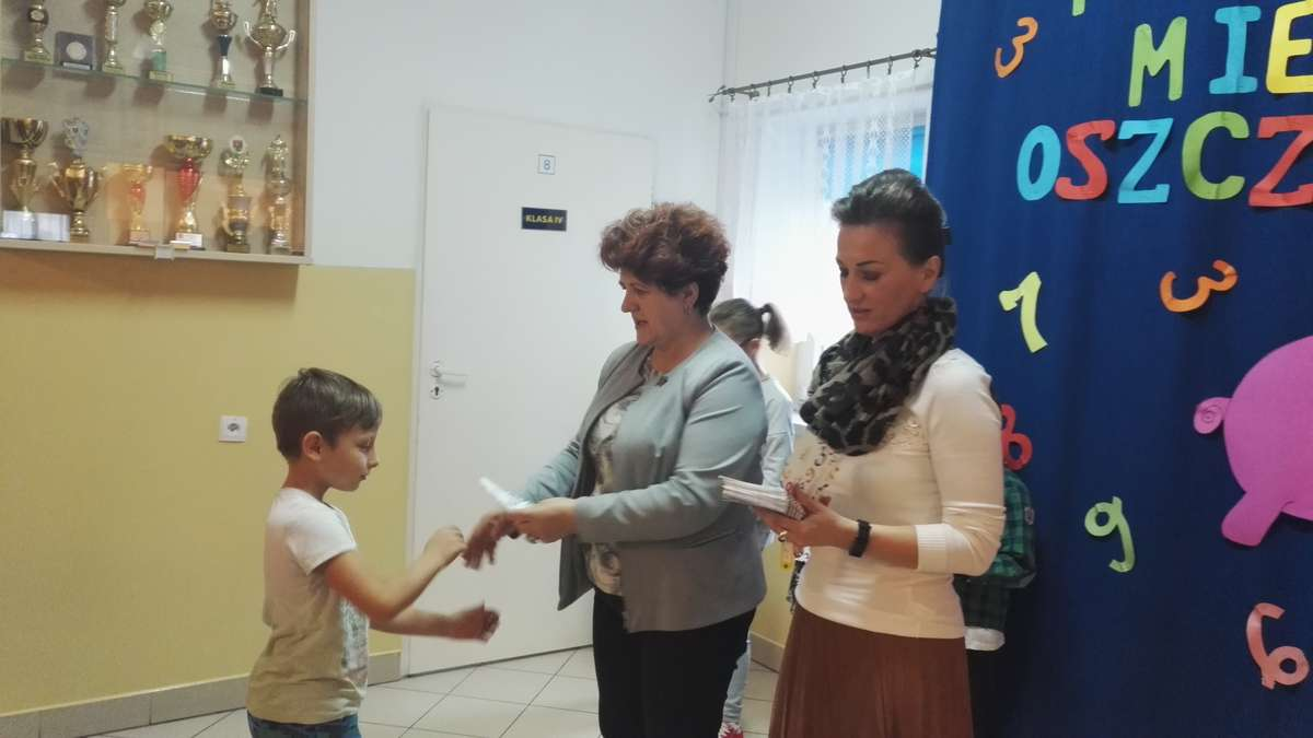 Na apelu dzieciom wręczono książeczki oszczędnościowe
