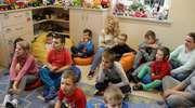 Rozczytane dzieciaki, słuchające przedszkolaki