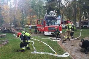 Dworek Mazurski w ogniu. Spektakularne ćwiczenia oleckich strażaków