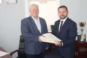 Wójt podpisał umowy na budowy dróg w gminie Biskupiec