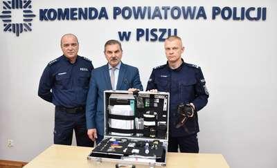 Policjanci z Orzysza otrzymali nowy aparat fotograficzny i walizkę kryminalistyczną