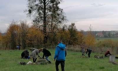 Uczniowie szkoły w Dzietrzychowie posprzątali stare groby