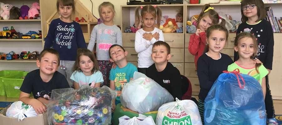 Dzieci z oddziału przedszkolnego w Szkole Podstawowej w Rogóżu także pomagają w zbiórce