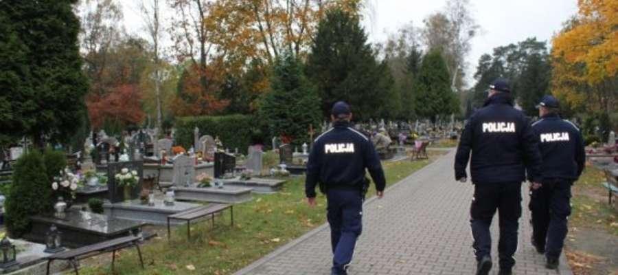 Funkcjonariusze zadbają o nasze bezpieczeństwo na cmentarzach