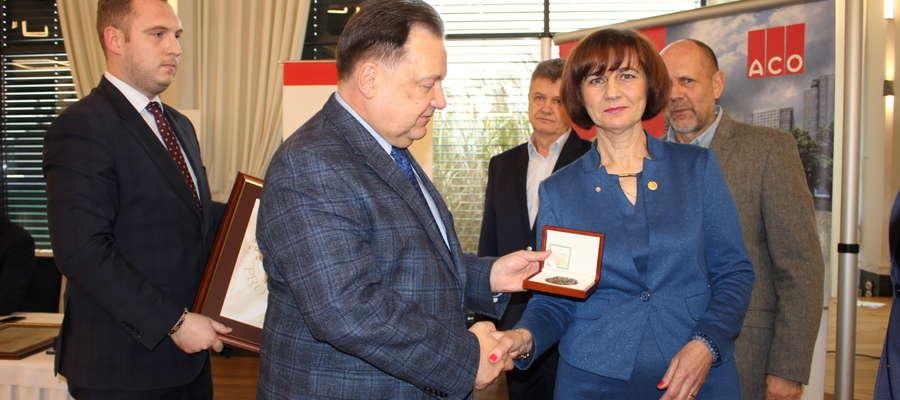 Marszałek gratuluje obecnej prezes ciechanowskiego oddziału SITK Renacie Drążewskiej