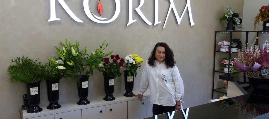 Kwiaciarnia Korim znajduje się przy cmentarzu komunalnym przy ul. Ostródzkiej w Iławie