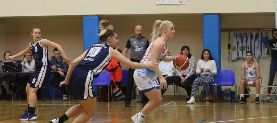 Ksenia Woźniak (z piłką) rzuciła w Gdańsku 21 pkt, ale nie pomogło to olsztyniankom w zdobyciu kompletu punktów