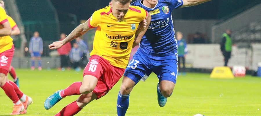 Artur Siemaszko (żółta koszulka) walczy o piłkę z Pawłem Zielińskim (Miedź Legnica)