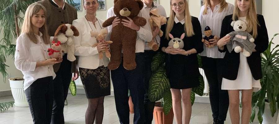 Licealiści zbierający misie dla chorych dzieci wraz ze swoimi opiekunkami Martą Liszewską i Jolantą Kosek-Woźnowską